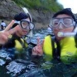 沖縄の夏の真栄田岬でシュノーケリングを楽しむヘルパーさん。