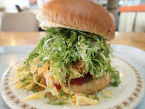 タコライスだけじゃない。ハンバーガーも特大のキングタコス。