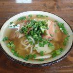 そば処根夢(ごん)豚骨ベースにかつおが効いたスープ3代目沖縄そば王