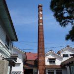 広島カープとファンとの絆を物語る樽の前で試飲 福美人酒造。