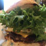 はみ出るレタスにBBQソースのヒルズバーガーが美味い【ズミカフェ】